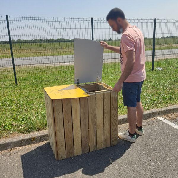 ouverture d'un des deux couvercles de la corbeille poitevine, poubelle en bois, fabricant AD production